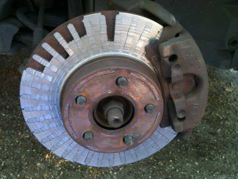 Изношенный колесный диск.