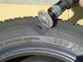 Зачистка и обезжиривание места пореза шины.