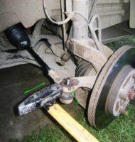 Как снять рулевой наконечник без съемника.