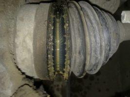 Порвался пыльник рулевой рейки.