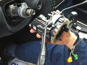Где установлен датчик угла поворота рулевого колеса.